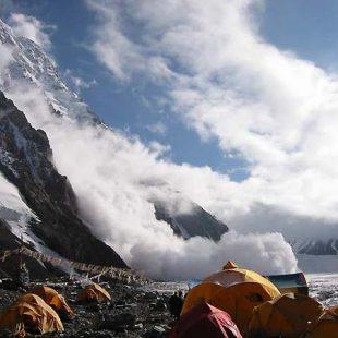 Sobrecogedora imagen tomada desde el camp base. La avalancha barrió el pie de la vertiente sur d...  (desnivel)