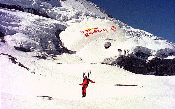 Aterizaje final sobre el glaciar. Foto: Sportsandnews/Thomas Ulrich & Daniel Seitz... (desnivel)