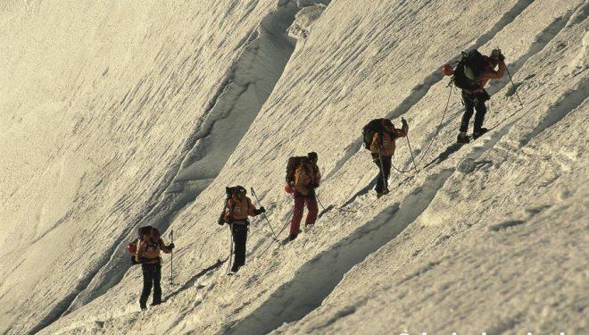 Una cordada de cinco alpinistas asciende en ensamble al Cerro Tronador