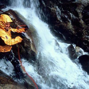 David lidiando con las cascadas de agua formadas en los corredores.Foto: verticalvision.pl...  (desnivel)