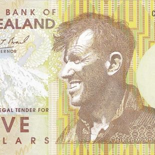 Edmund Hillary en el billete de 5 dólares de Nueva Zelanda en homenaje a la primera ascensión al Everest (29 mayo 1953).  (© Archivo Desnivel)