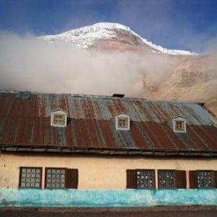 El refugio Whymper. Sobre él se levanta el Chimborazo.Foto: Col. Raúl Corominas...  (desnivel)