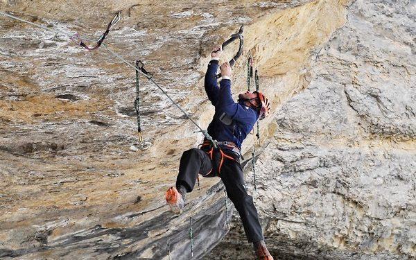 Carlos Logroño haciendo drytooling en Aragón  ()