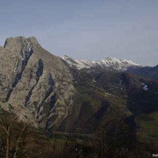 Vista de Peña Ventosa y Sierra de Peña Sagra desde los alrededores de Pendes. Valle de Liébana. Cantabria.  (© Darío Rodríguez/DESNIVEL)