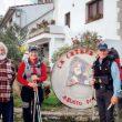 Ernesto junto a dos peregrinos en la puerta del albergue  (Grandes Espacios)