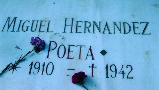 Lápida de la tumba del poeta en el cementerio de Alicante  (Grandes Espacios)