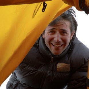Álex Txicon en el campo base del K2  (Darío Rodríguez/ Desnivel.com)