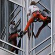 Alain Robert escalando la torre Burj Khalifa