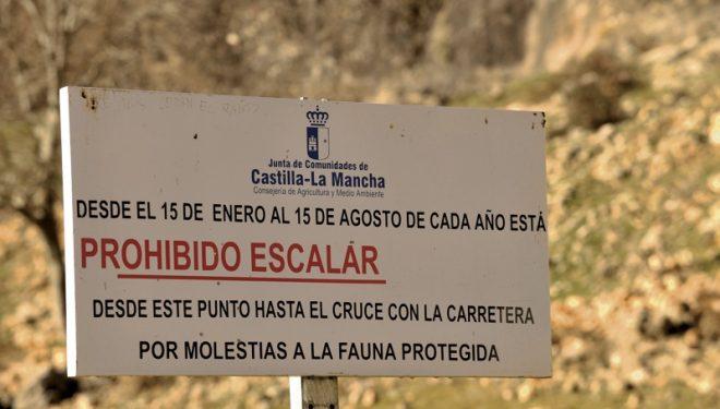 Cartel con la prohibición de escalar en la escuela coquense de Valeria.  (Darío Rodríguez/Desnivelpress.com)