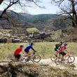 Ciclistas en la pista de Cirés.  (Aramon Bike)