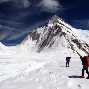 Alex Txikon y Gerfried Göschl a 5900. Al fondo collado Gasherbrum La y G1. Gasherbrum 1 invernal. ((c) ABC Team)