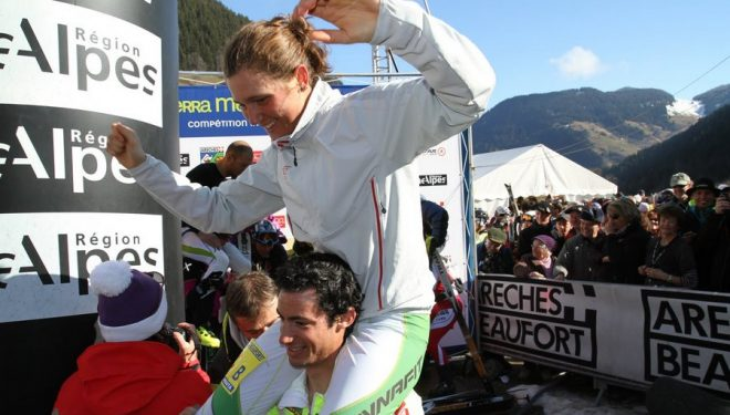 Kilian Jornet alza en hombros a Mireia Miró celebrando sus victorias en la Pierra Menta 2011  (Joan Miró)