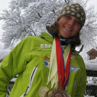 Mireia Miró con las siete medallas logradas en los Mundiales de Esquí de Montaña 2011  (Col. M. Miró)