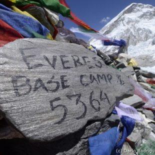 2011 Campo base del Everest. Piedra pintada que señala el comienzo del Campo Base del Everest.  (©Darío Rodríguez 2011)