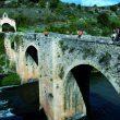 Puente medieval sobre el Ebro. Al fondo