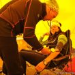 2011 Campo base del Everest. Edurne Pasaban en el chequeo del médico Pablo Díaz-Munio.  (©Darío Rodríguez 2011)