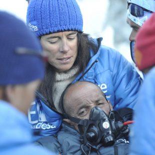 Campo base del Everest 2011. Edurne Pasaban pone oxígeno a Juanito Oiarzabal en las inmediaciones del campo base.  (@Darío Rodríguez 2011)