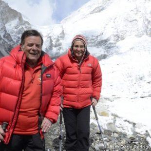 Campo base del Everest 2011. El doctor Morandeira y la doctora María Antonia Nerin.  (©Darío Rodríguez 2011)