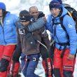 Campo base del Everest 2011. Juanito Oiarzabal es transportado en brazos en la parte final de la Cascada de Hielo