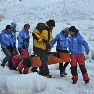 Campo base del Everest 2011. Juanito Oiarzabal es transportado en camilla en la parte final de la Cascada de Hielo