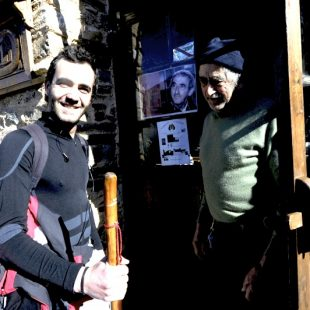 Un peregrino es atendido por el Jato a la puerta del albergue Ave Fénix de Villafranca del Bierzo.  (Darío Rodríguez. Desnivelpress.com)