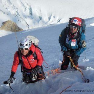 Gerlinde y Maxut en la pendiente nevada entre el Campo I y el Campo II.  (©D.Zaluski)