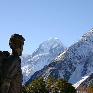 Estatua de Sir Edmund Hillary frente al Aoraki - Monte Cook en Nueva Zelanda  ()