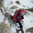 Gerlinde en el escarpado escalón rocoso antes del hombro de roca.  (©R.Dujmovits)