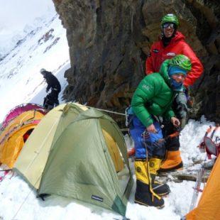Kinga Baranowska y Fabrizio Zangrilli en el C2 del K2  (Gerfried Göschl)