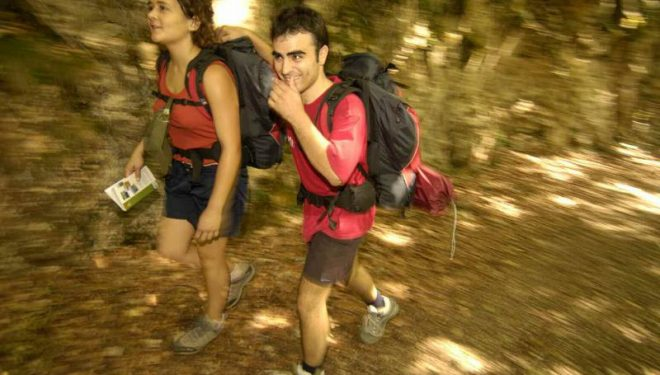 Jóvenes practicando senderismo.  (Desnivel)