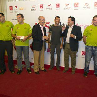 Miguel Heras rodeado de diputados y organizadores del Ultratrail Castelló-Penyagolosa.  (Imagina)