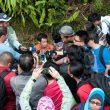 La prensa rodea a Kilian Jornet tras su victoria en la Mount Kinabalu International Climbathon 2011  (Salomon)