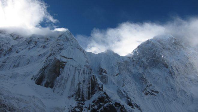 El Hassan Peak (izquierda) y la inescalada cara oeste del K6 (derecha)  (Col. H. Kennedy / K. Dempster)
