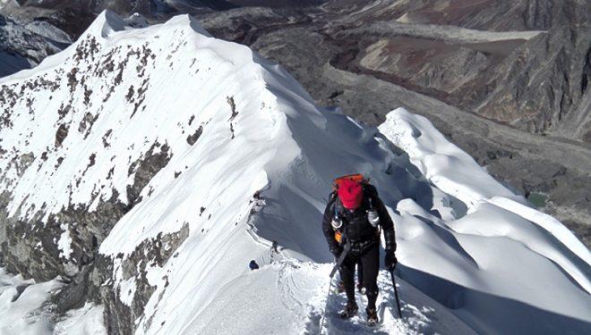 Graciano en la cresta final hacia la cumbre del Islan con zapatillas y crampones.  (Chismes)