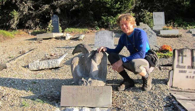 John Harlin ante la tumba de su padre en Leysin  (Col John Harlin/John Bird)