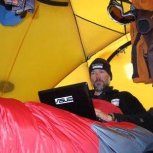 Albert Bosch actualiza su blog en el interior de su tienda antártica  (Albert Bosch)