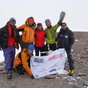 Miembros del Reto Aconcagua en la cima de la montaña  (Reto Aconcagua)