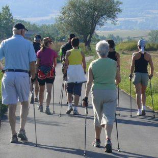 Grupo practicando Nordic Walking.  (Jordi Pau Caballero)
