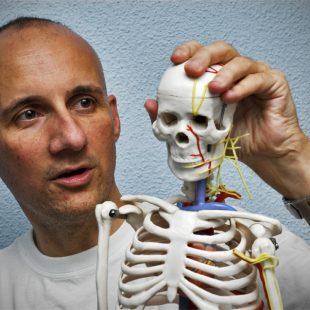 La complicidad entre fisioterapeuta y paciente es esencial para una recuperación eficaz.  (Sergio Prieto)