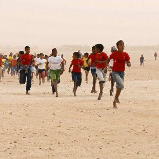 Las carreras de niños y jóvenes completan el programa del Sahara Marathon.  (Sahara Marathon 2011.)