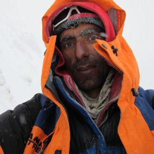 Nisar Hussein en el campo 1 (6.200 metros) del Gasherbrum 1 invernal.  (Álex Txikon)
