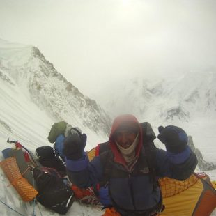 El alpinista pakistani? Nisar Hussein en campo1 (6.200 metros). Gasherbrum 1 invernal.  (Alex Txikon)