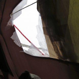 Tienda del Campamento Base del Gasherbrum 1 de Alex Txikón y Carlos Suárez rota tras la ventisca  ((c) Alex Txikón)