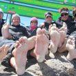 Los miembros del equipo mostrando sus pies en la cima del Kilimanjaro (Barefoot Impi)