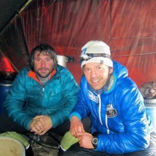 Álex Txikon y Gerfield en el campo base del Gasherbrum 1.  (Álex Txikon)