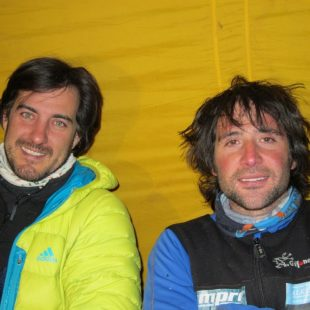 Carlos Suárez y Álex Txikon en el campamento base del G1.  (Foto: blogseitb.com/alextxikon)