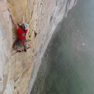 Sean sin miedo Villanueva consigue liberar el L2 de Apichavai en el tepuy Amuri después de su caída de 40 metros.  (Nico Favresse)