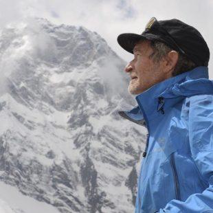 Carlos Soria observa el Annapurna de camino al campo 1