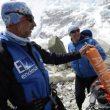 Nacho Orviz contempla una botella de oxígeno en el campo base del Everest
