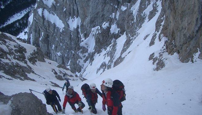 Un grupo de rescate en una canal de la sierra del Cadí.  (Bomberos de la Generalitat)